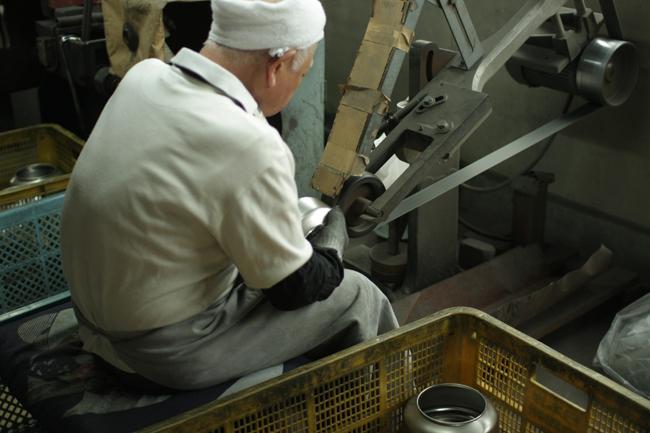 연마 : 곡선 부분은 여러 단계로 나누어 숙련공의 손으로 연마합니다.